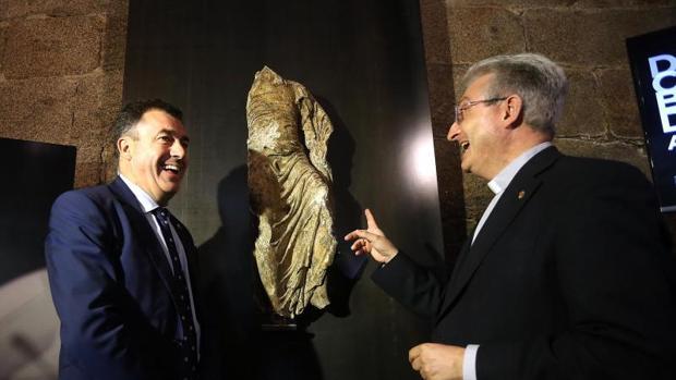 El conselleiro de Cultura, Román Rodríguez, y el director de la Fundación Catedral ante la obra