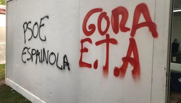 Realizan pintadas proetarras en una caseta festiva del PSE de Eibar