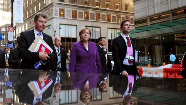 Merkel y el portavoz de.l Gobierno alemán, Steffen Seibert (dcha), en foto de archivo