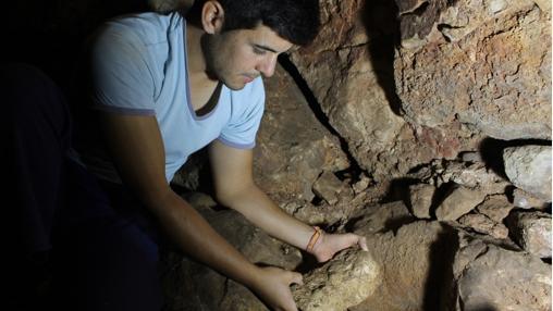 Uno de los arqueólogos, con una de las piezas encontradas