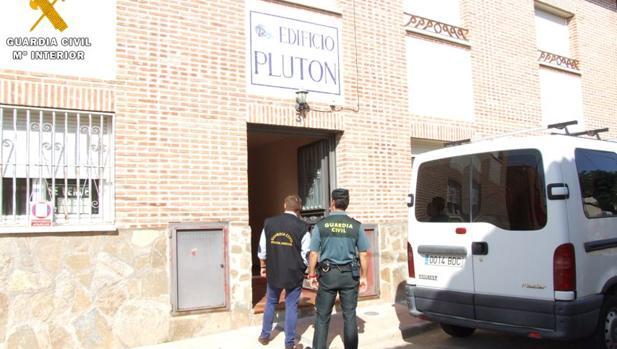 En este edificio vivían como ocupas el hombre y la mujer detenidos por el robo con fuerza