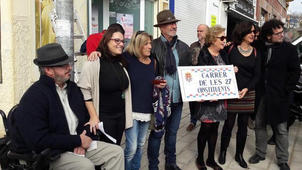 Concejales y encargados del cambio de calles en Alicante, con la primera placa