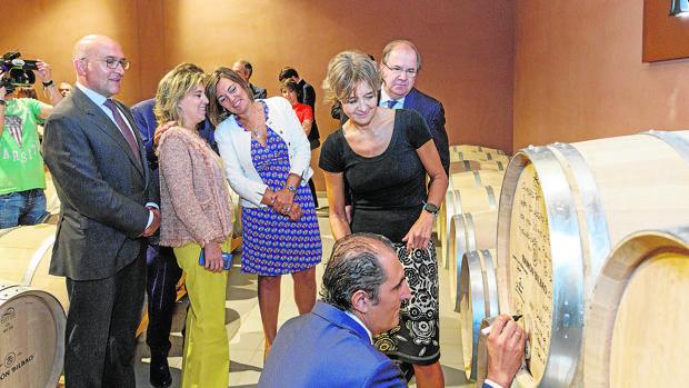 La ministra de Agricultura, Pesca, Alimentación y Medio Ambiente, Isabel García Tejerina, destacó ayer el «excelente» primer semestre del año en las exportaciones de vinos de la Castilla y León