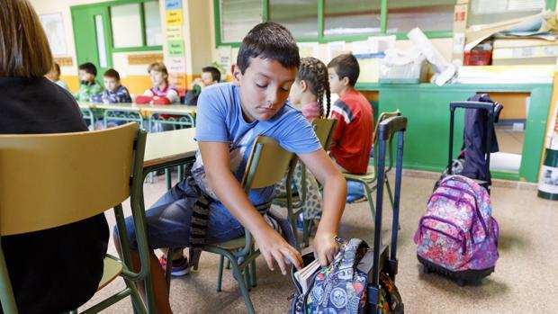 Un alumno se prepara para empezar las clases en el CEIP Miguel Delibes de Valladolid