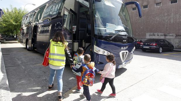 Alumnos subiendo al autobús en el primer día del curso