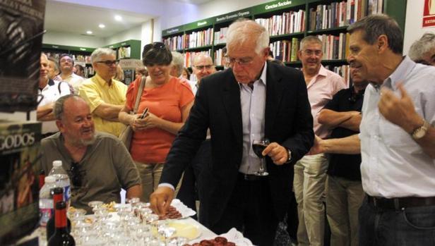 Josep Borrell, ayer en la Librería Taiga de Toledo