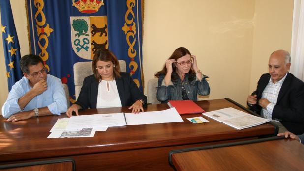 Agustina García Élez y Silvia Díaz, en el Ayuntamiento de Cebolla