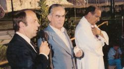 Isidro del Río, en el centro, durante la inauguración municipal de la piscina de Villatobas en 1983
