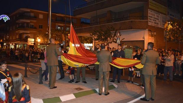 Militares de la localidad izan la bandera nacional dando inicio a las Fiestas de Fuensalida