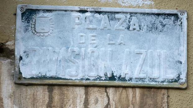 Imagen de la placa de la plaza de la División Azul de Alicante manchada con pintura