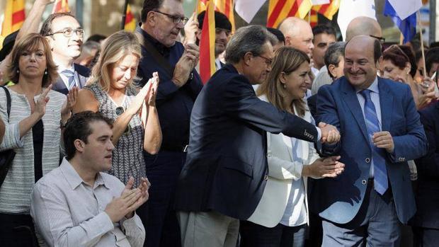 Mas saluda a Ortuzar, del PNV, en la ofrenda floral frente al monumento de Rafael Casanova