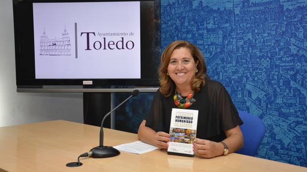 La concejal Rosa Ana Rodríguez junto al libro en la presentación