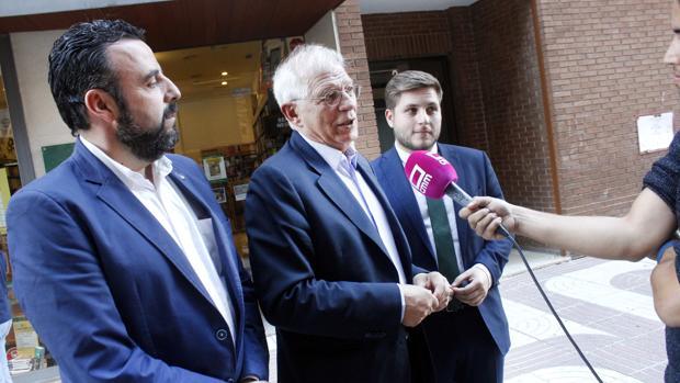 Borrell, entre José Luis Blanco e Ignacio Hernando