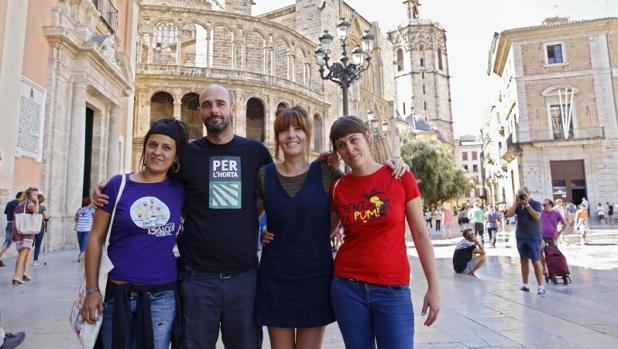 Anna Gabriel con simpatizantes de la CUP este miércoles en Valencia antes del acto reivindicativo del referéndum