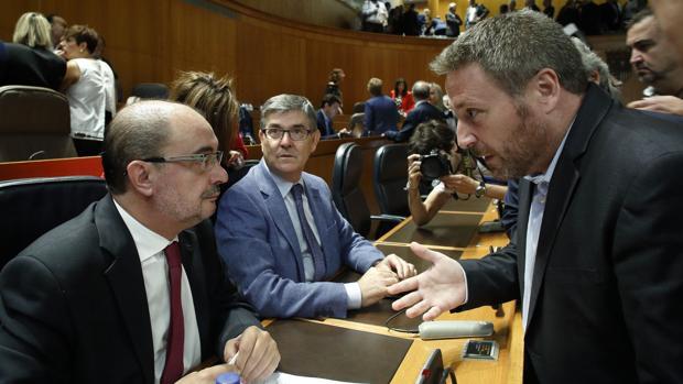Lambán (izquierda) conversando con su socio de la Chunta José Luis Soro