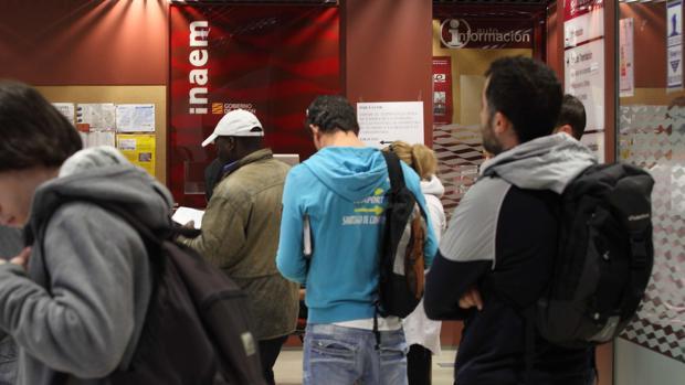 Jóvenes en paro aguardan turno en una Oficina de Empleo de Aragón