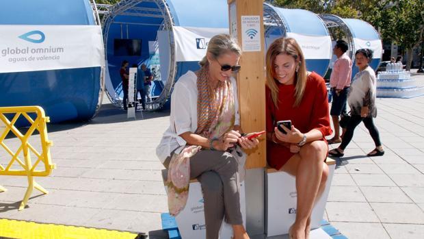 Imagen de Celia Calabuig y Sandra Gómez en la exposición de Global Omnium de la plaza del Ayuntamiento