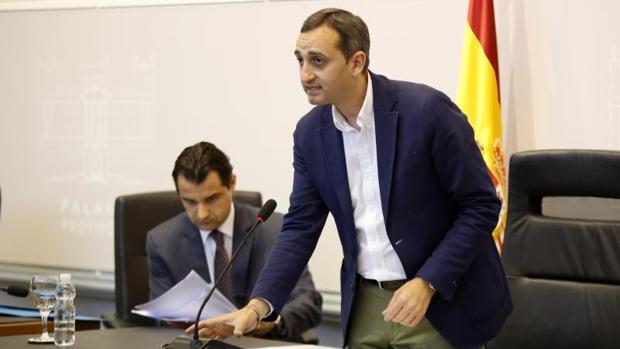 César Sánchez, junto al vicepresidente de la Diputación Eduardo Dolón, en el salón de plenos