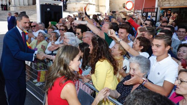 Los Reyes saludando a los conquenses que esperaban a las puertas de la catedral