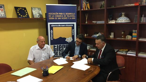 Un momento de la firma con el alcalde de El Real de San Vicente, Jorge Luis Martín