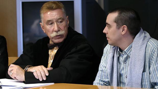 El presunto descuartizador de Majadahonda, Bruno Hernández Vega(d) junto a su abogado Marcos García Montes