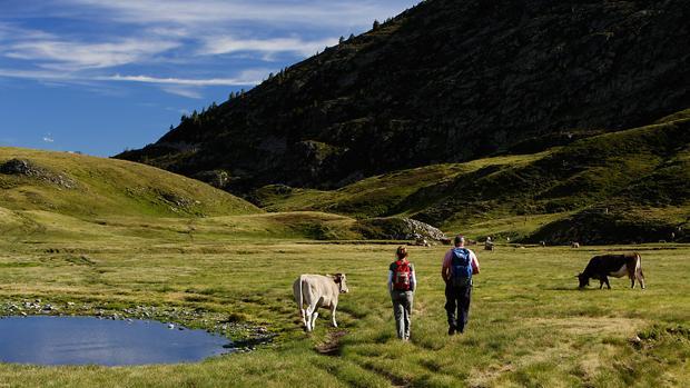 Fotografía de archivo de dos excursionistas en Naut Aran, en Val d'Aran (Lleida)