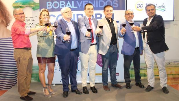 Martínez Arroyo, en el centro, acompañado de representantes políticos y del sector vitinícola