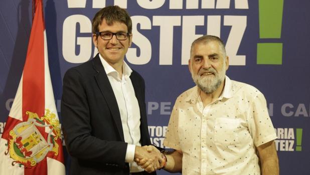 Gorka Urtaran, junto a Peio López