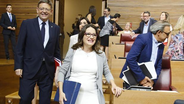 Imagen de Puig y Oltra a su llegada al pleno