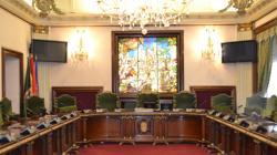 Vista interior del salón de plenos del Ayuntamiento de Pamplona