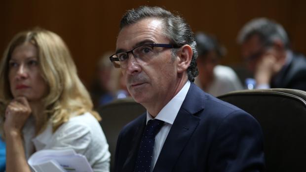 Luis María Beamonte, líder regional del PP, durante su intervención en las Cortes de Aragón