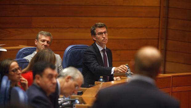 Feijóo y Villares (en primer plano), en el Parlamento