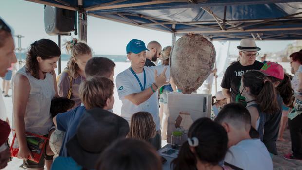 Imagen de una de las charlas sobre polución marina impartida por el Oceanogràfic de Valencia