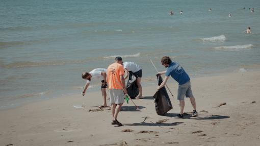 Un grupo de la Fundación Oceanogràfic lleva a cabo tareas de limpieza de las playas
