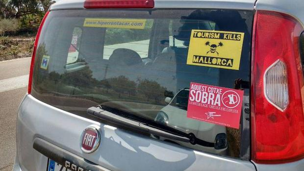 Un coche con pegatinas en contra del turismo en Palma de Mallorca