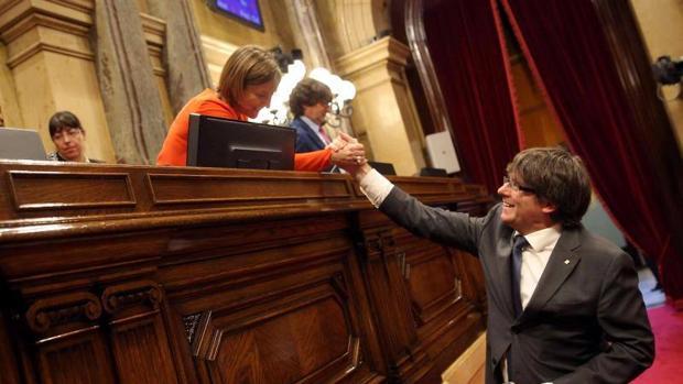 El presidente de la Generalitat Carles Puigdemont, saluda a la presidenta del Parlament Carme Forcadell