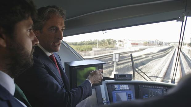Imagen del ministro en su visita a la obras del AVE