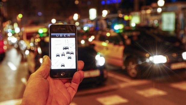 Un usuario busca un Uber a través de su aplicación
