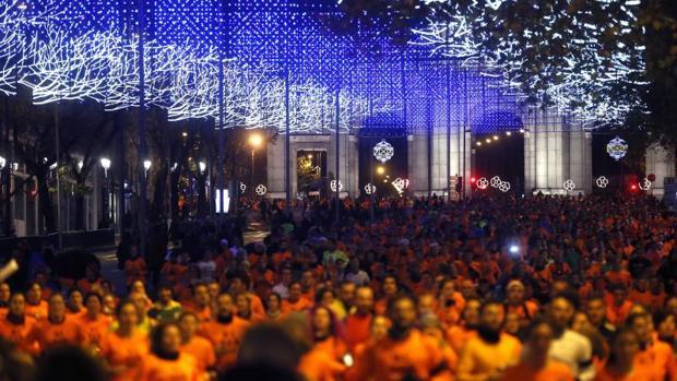 Los corredores de la San Silvestre Vallecana pasan por la Puerta de Alcalá