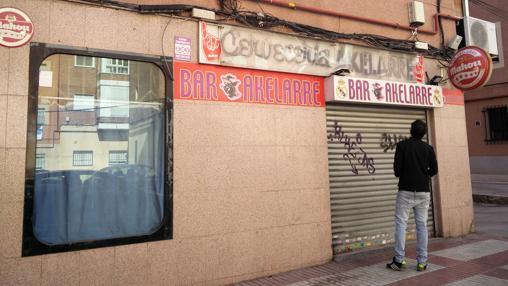 Un joven observa la fachada del bar Akelarre el pasado sábado