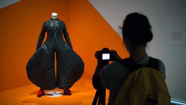 Un visitante fotografía uno de los trajes diseñados por Yamamoto para Bowie