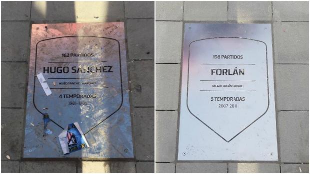A la izquierda, la placa atacada de Hugo Sánchez; a la derecha, la de Forlán, sin ningún tipo de daño