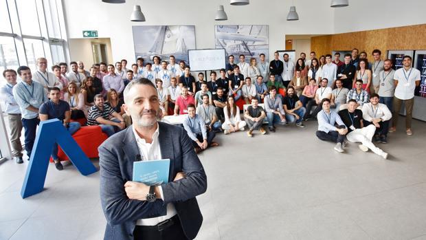 Imagen del director de Lanzadera, Javier Jiménez, con parte del equipo de emprendedores