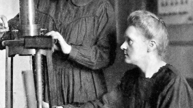 Marie Curie trabaja con el cuarzo piezoeléctrico que se ofrecerá en la muestra