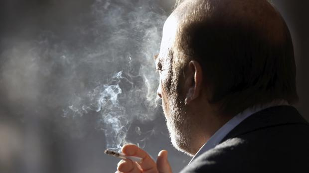 Imagen de archivo de un hombre fumando en la ciudad de Valencia