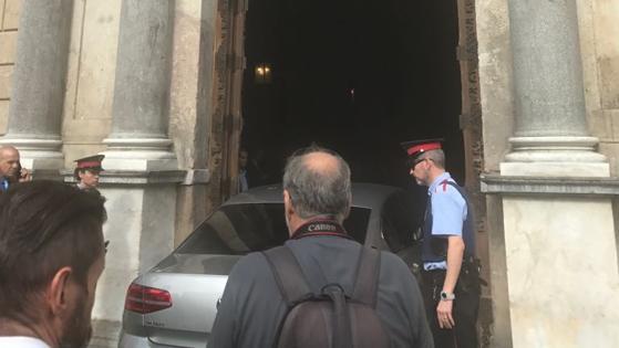 Llega también en coche Artur Mas ora participar en El gabinete de Puigdemont