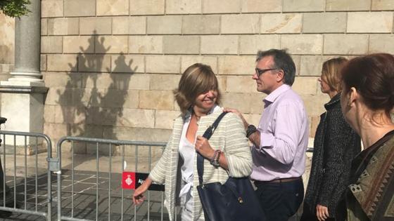 La consejera de Gobernación, Borràs, llega sonriente aplaudida por un séquito que le aplaude: «¡Ni un paso atrás!», le pide un ciudadano, informa Itziar Reyero