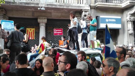 Algunos de los manifestantes se suben en los coches