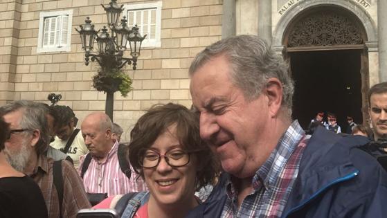 La CUP exige su protagonismo. Convocan a las 11:30 una rueda de prensa en la plaza de Sant Jaume. Una de sus diputadas se hace selfies con la gente. «Seguimos adelante», dice Eulàlia Reguant