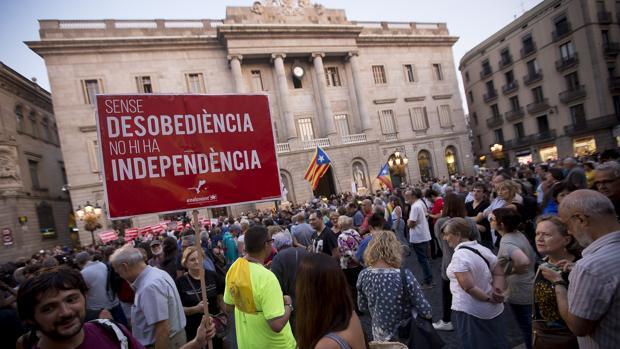 Manifestación en la plaza de Sant Jaume de Barcelona apoyando el referéndum de independencia